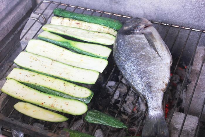 Gegrillte Dorade und Tintenfischringe mit Tomatensalat und marinierter Zucchini