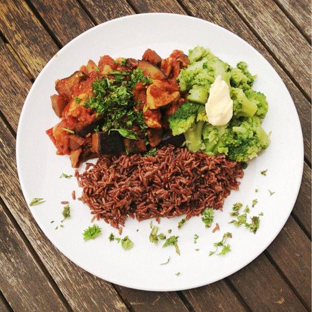 Auberginen-Zucchini-Hähnchen Ratatouille mit Brokkoli und braunem Reis
