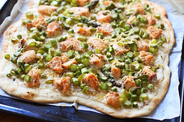 Flammkuchen mit Lachs und grünem Spargel