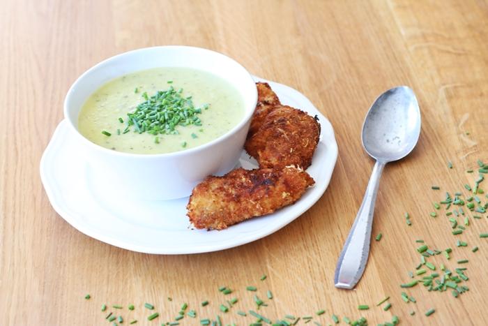 cremige Zucchini Suppe mit knusprigen Chicken Nuggets