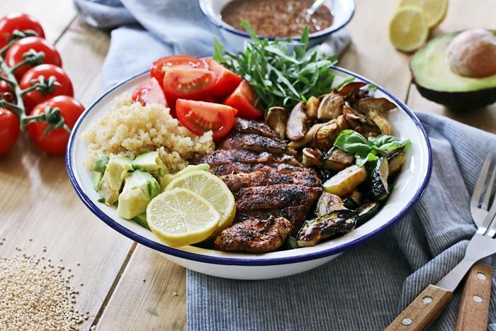 Quinoa Bowl mit Hähnchen, Avocado & Tomaten-Kräuter-Dressing