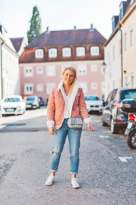 the latest c9cc1 5c713 Streetstyle - rosa Cordjacke mit Teddyfell, Ripped Jeans ...