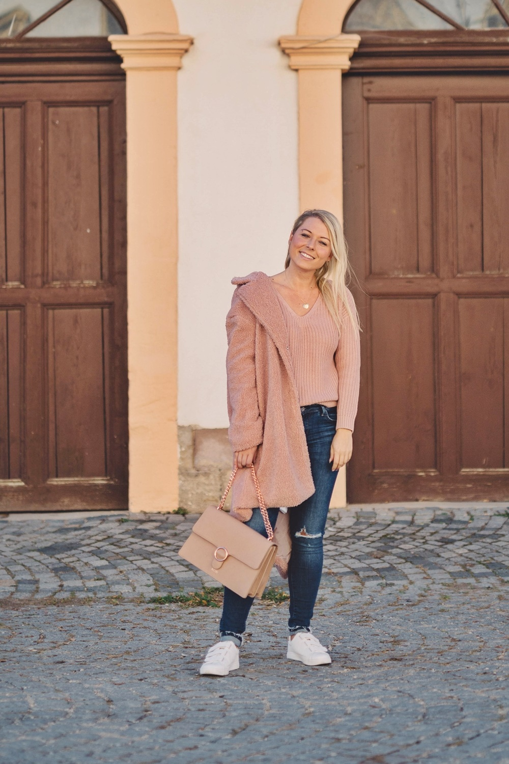 Cozy Winter Look - rosa Teddymantel, Strickpullover & Statement Tasche
