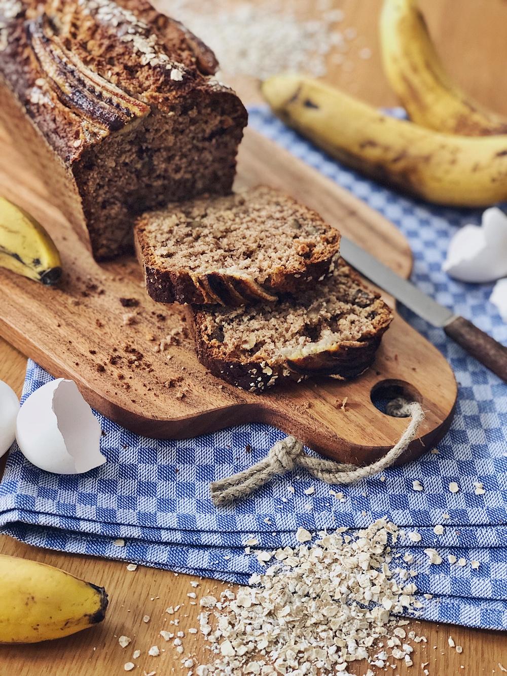 Saftiges Bananenbrot mit Haferflocken und Nüssen