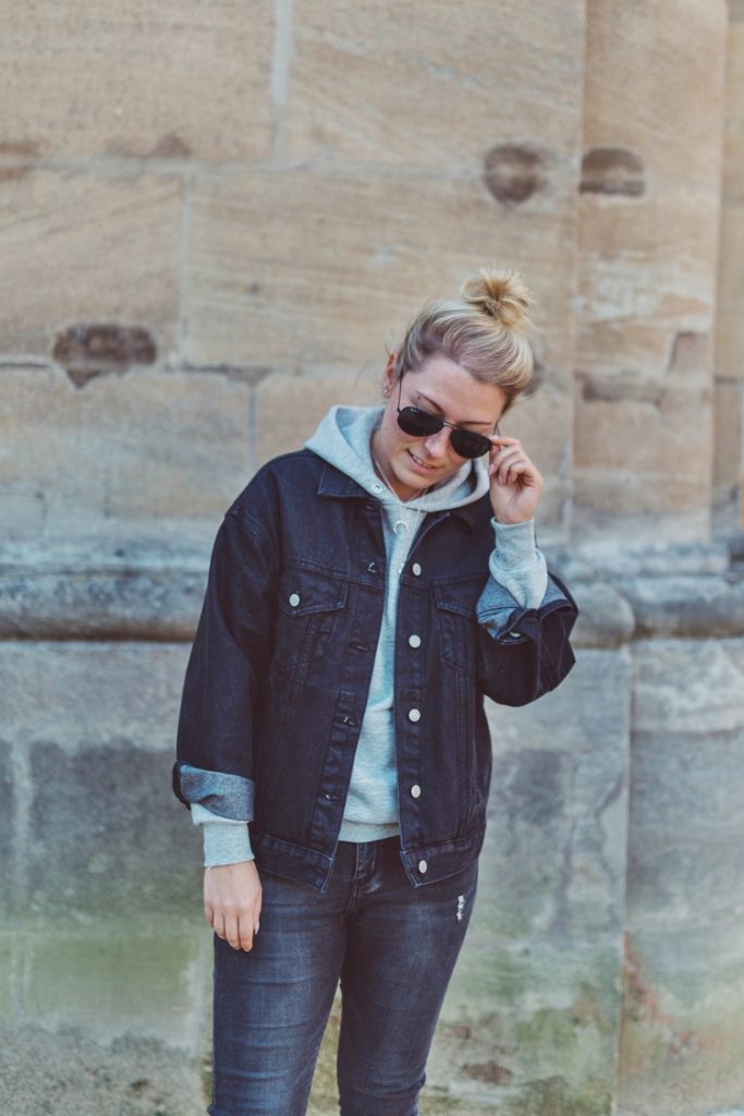 Streetstyle: Oversized Denim Jeansjacke, Hoodie, Ripped Jeans & Chucks