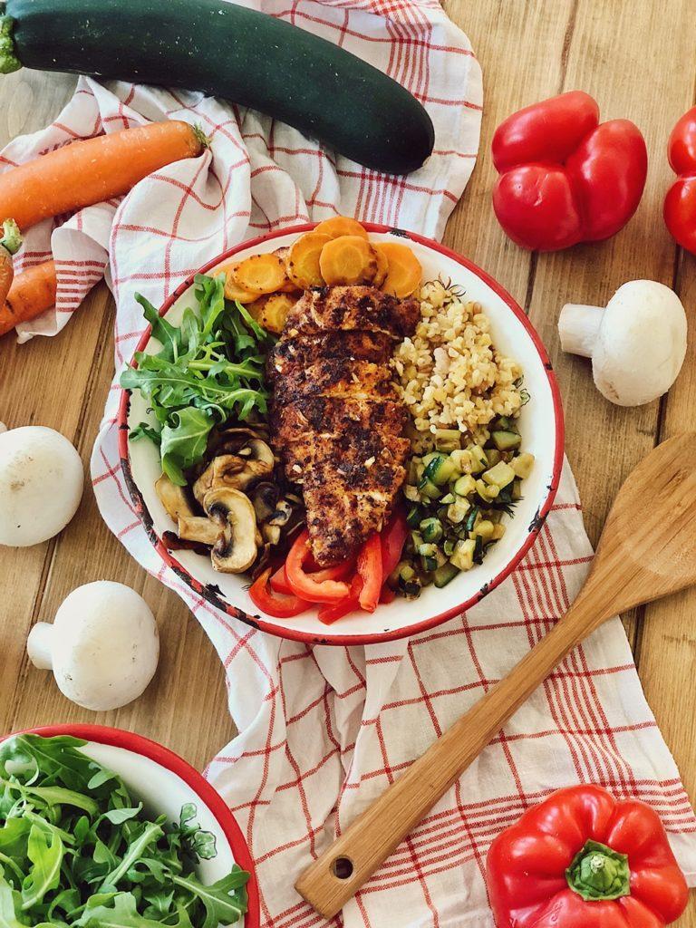 Bunte Grill-Gemüse Bowl mit Bulgur & knusprigen Hähnchen