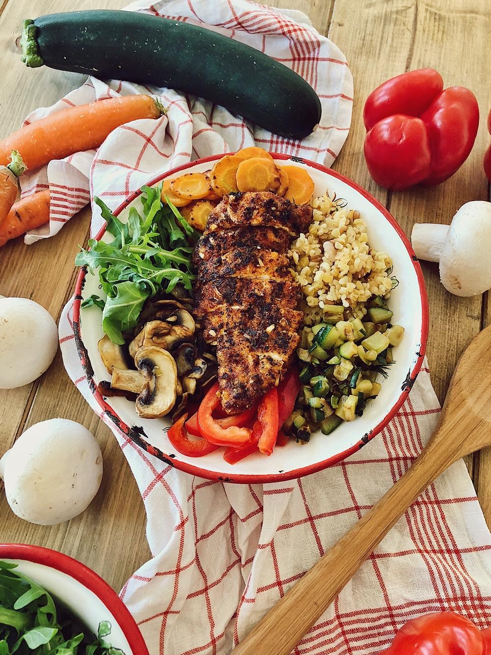 Bunte Grill-Gemüse Bowl mit Bulgur & knusprigen Hähnchen, Rainbow Bowl, Poke Bowl, Buddha Bowl, Happy Bowl
