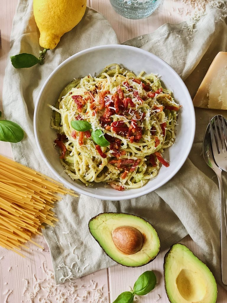Avocado-Spaghetti mit Bacon