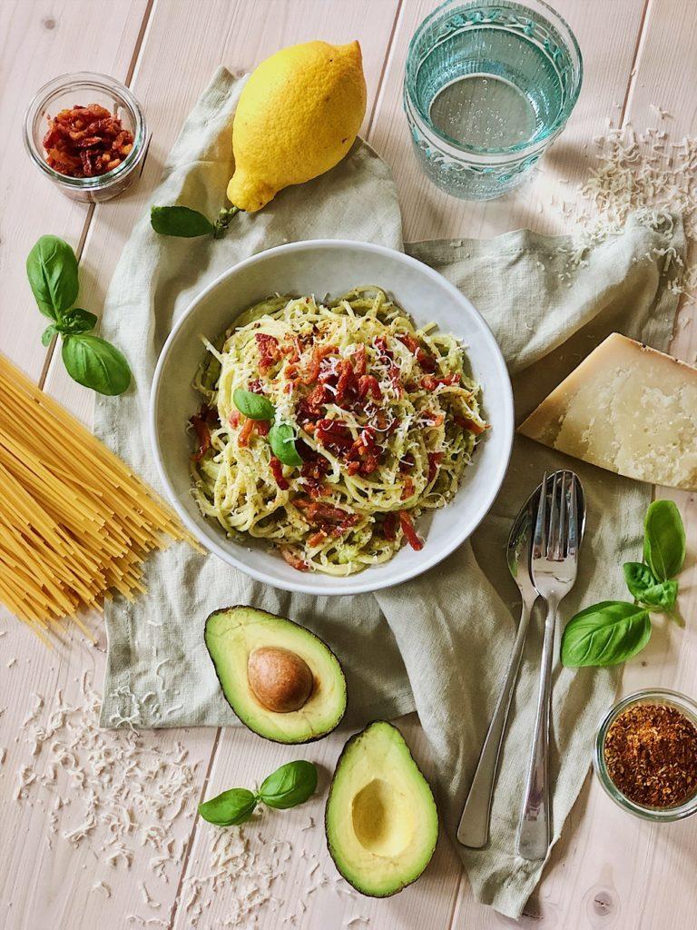 Avocado-Spaghetti mit Bacon