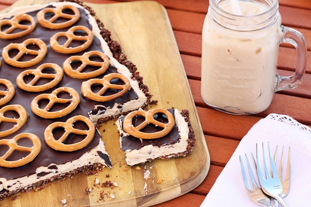 Brezel-Schoko-Tarte mit Erdnussbutter und Milchkaffee