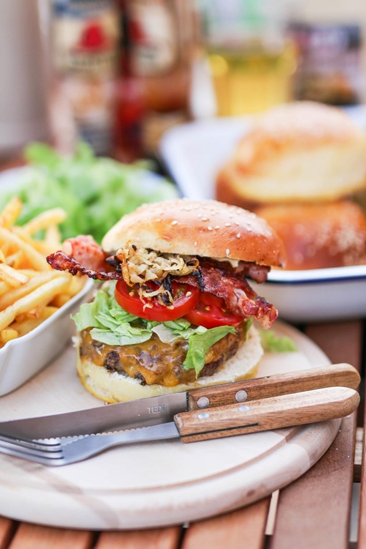 Cheeseburger vom Grill mit Bacon und Röstzwiebeln