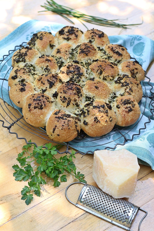 Kräuter-Brötchensonne mit Käsefüllung