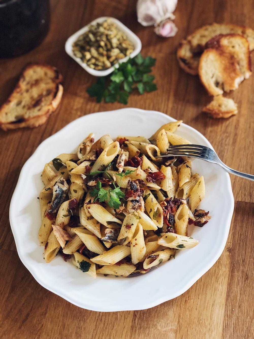 Penne mit Sardinen, getrockneten Tomaten & Oliven Crunch