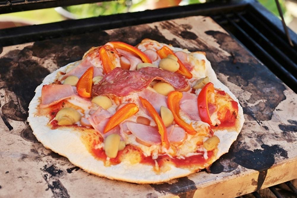 Pizza auf dem Grill backen
