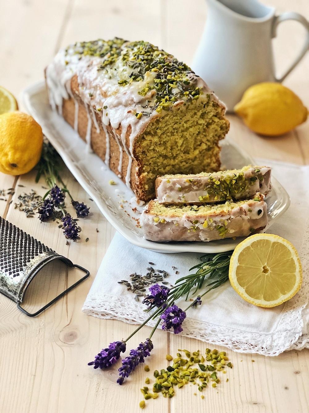 Zucchini-Zitronen Kuchen mit Pistazien-Lavendel-Zuckerguss