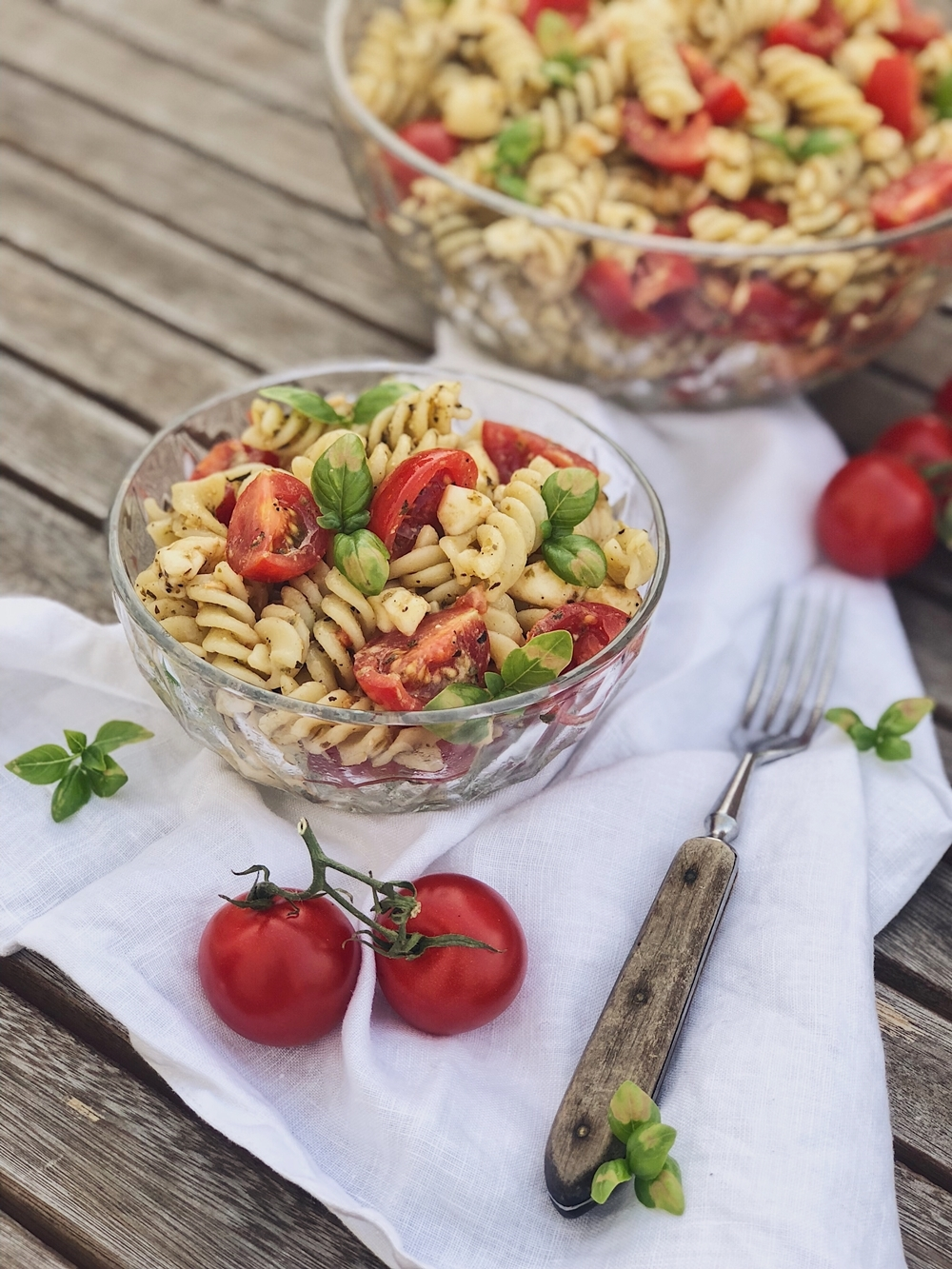 italienischer Pesto-Nudelsalat mit Tomaten und Mozzarella