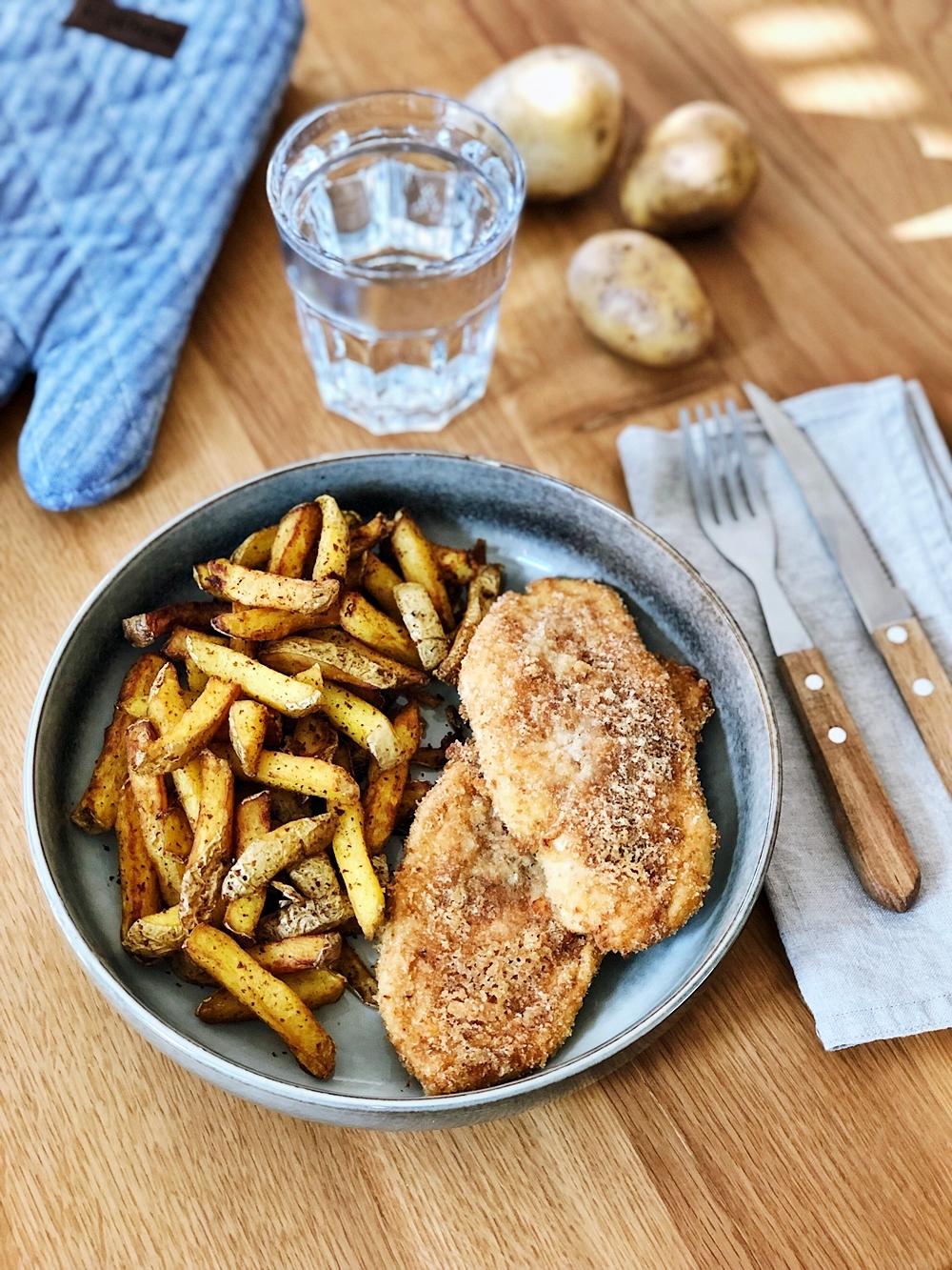panierte Ofenschnitzel mit selbstgemachten Pommes