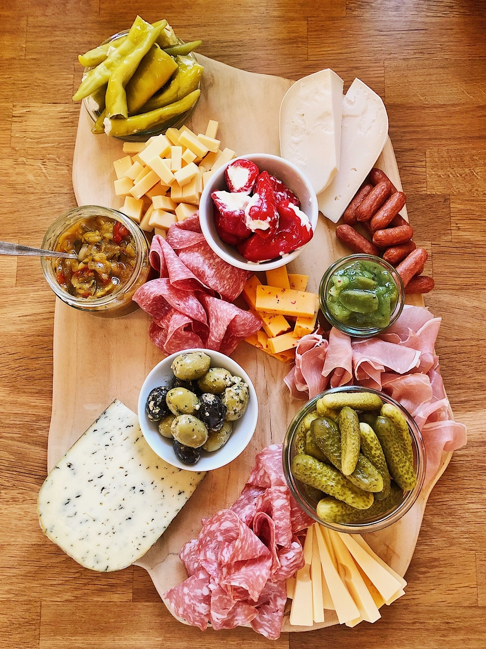 Charcuterie-Board-klassisches-Brotzeitbrettl-Cheese-Board-Snack-Plate-Brotzeitbrettl-Käse-Platte-brotzeit-antipasti-how-to-make-a-charcuterie-board-fashionkitchen