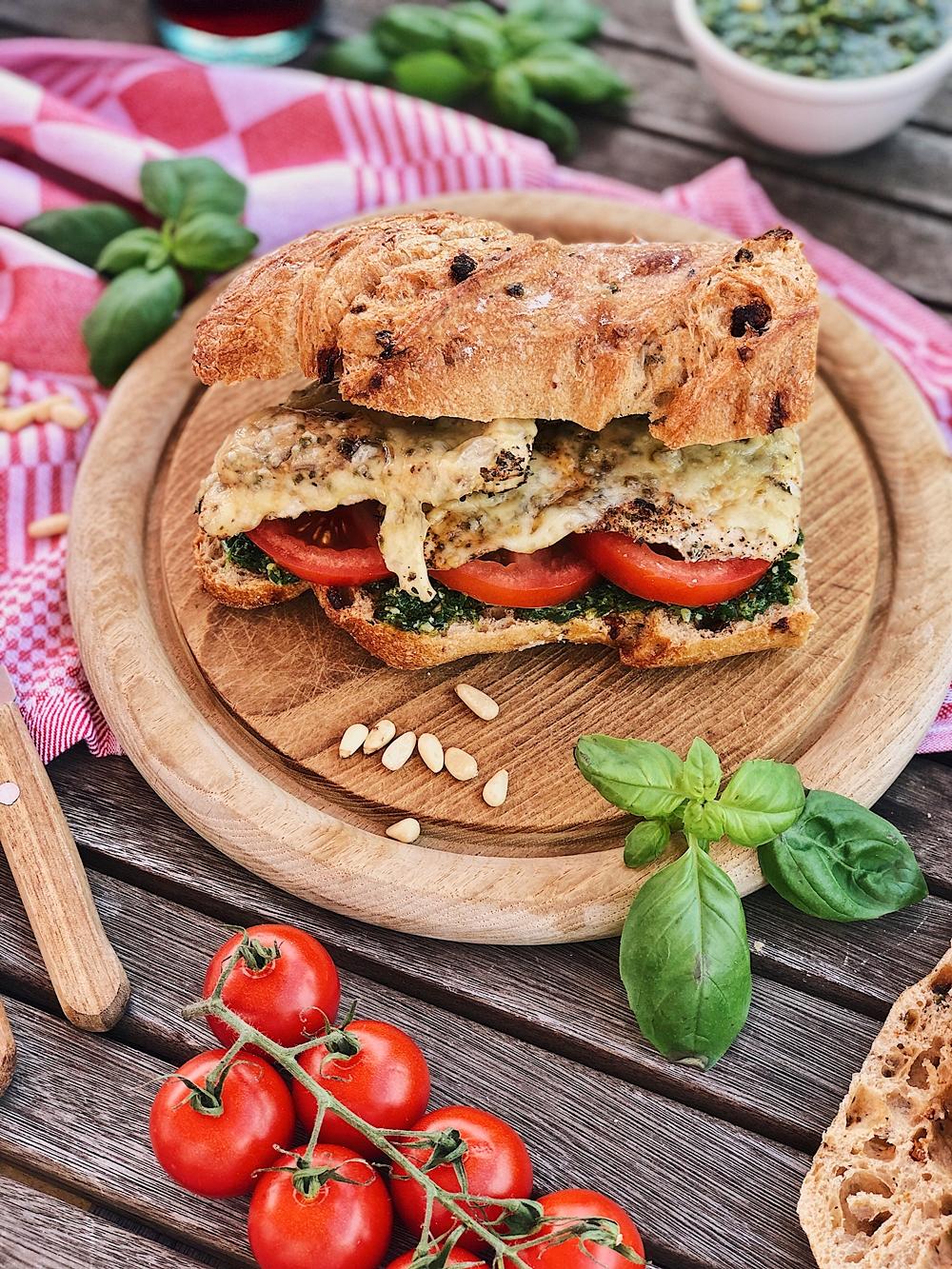 Mediterranes Baguette mit Rucola-Pesto, Tomaten, Hähnchenbrust & Käse