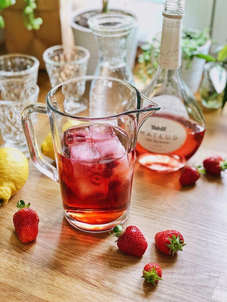 Rosé-Sommer-Cocktail-mit-Erdbeeren-Himbeeren-Zitrone