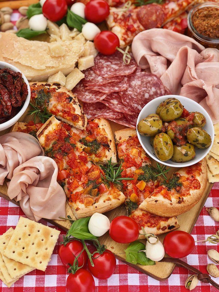 Italian Charcuterie Board - italienische Antipasti-Platte