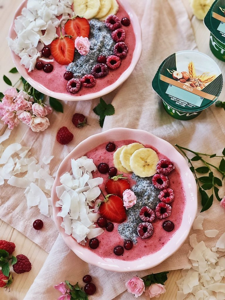 gefrorene Joghurt-Bowl mit Erdbeeren, Banane, Chia und Kokos