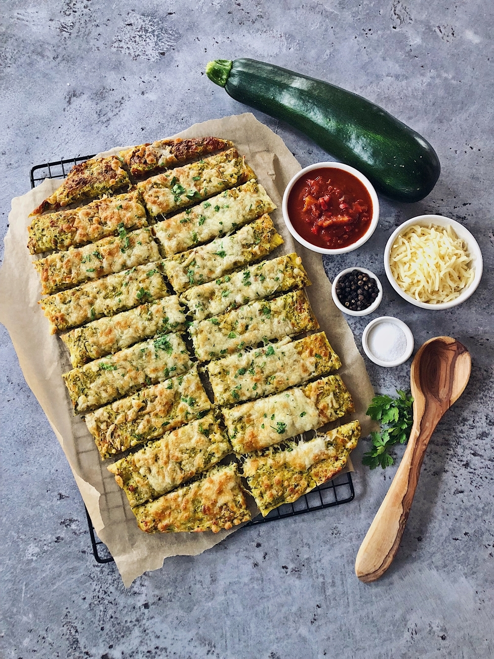 Cheesy Zucchini Breadsticks mit Marinara Dip