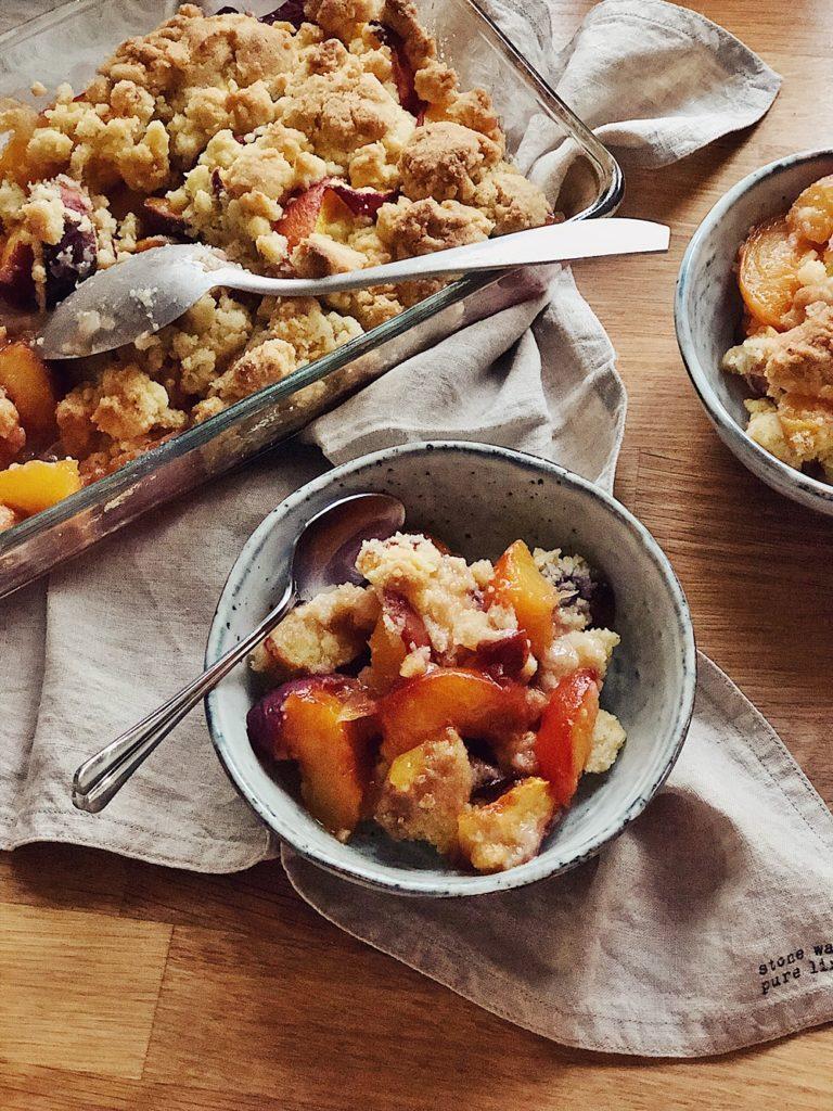 Peach Cobbler-Pfirsich Crumble-Vanille-Streuseln