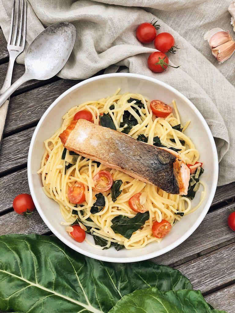 Spaghetti mit Mangold, Cherrytomaten, knusprigen Lachs