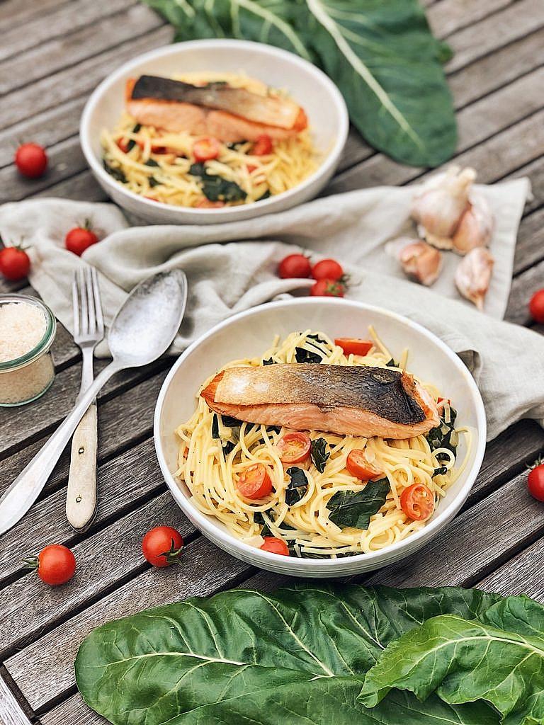Spaghetti mit Mangold, Cherrytomaten & knusprigen Lachs