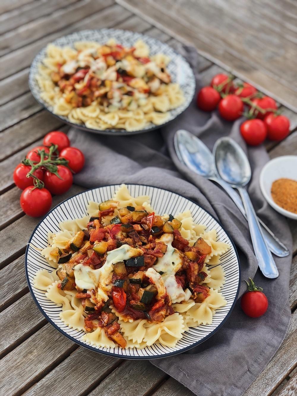 pikante Zucchini-Pfanne mit Tomaten, Speck & Käse