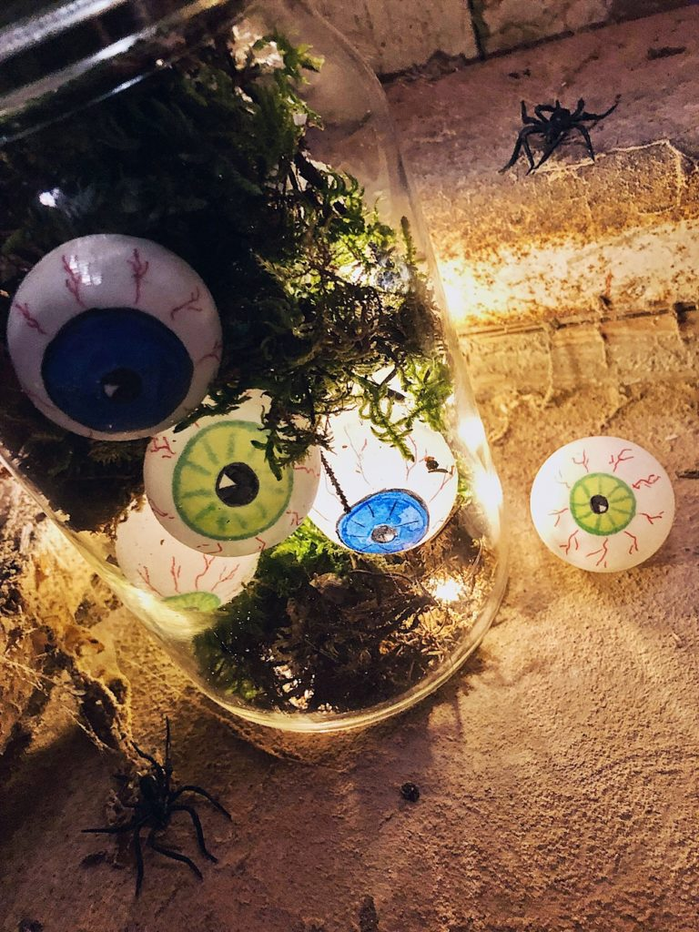 Halloween DIY - Augäpfel Lichterkette im Glas