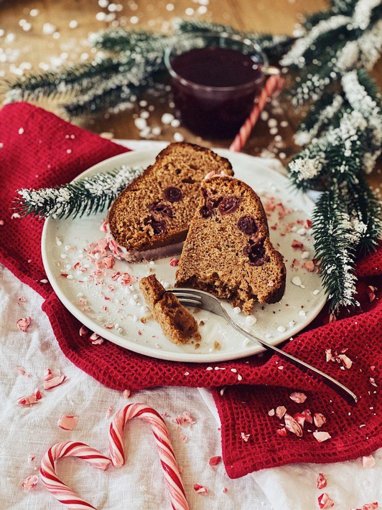 Weihnachtsgugelhupf mit Baileys, Kirschen und Zuckerstangen-Zuckerguss