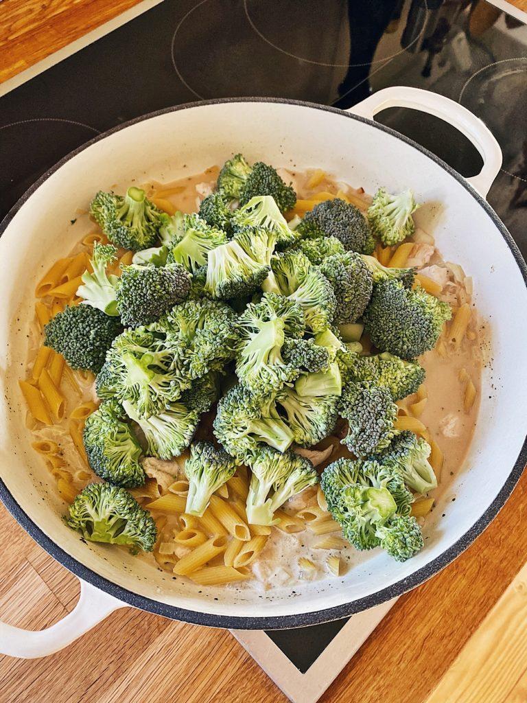 One-Pot-Pasta - Cremige Parmesan-Hähnchen-Brokkoli Pasta