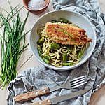 Pesto Nudeln mit grünem Spargel und knusprig paniertem Hähnchenfilet