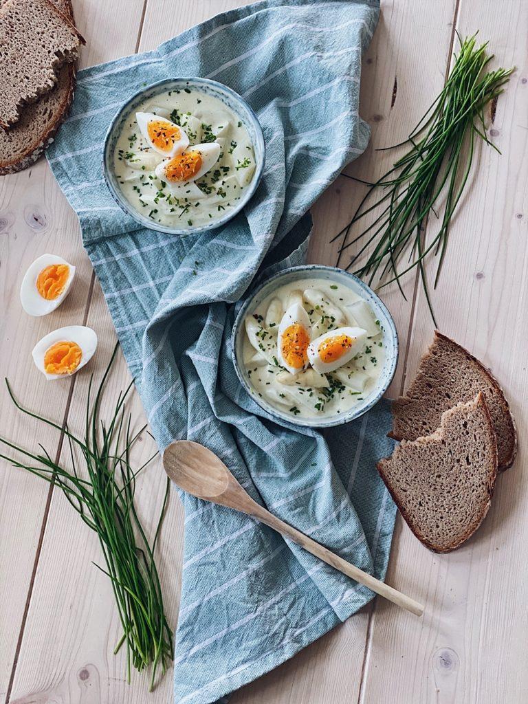 Spargelsalat mit gekochtem Ei und Schnittlauch