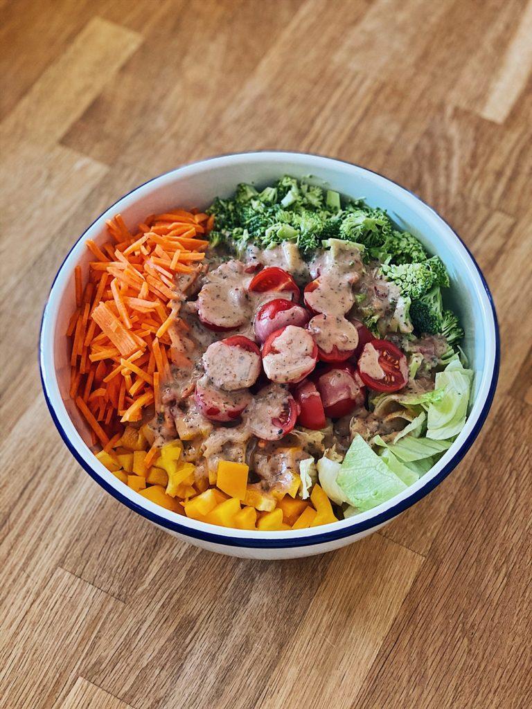 bunter Reste-Salat mit Schütteldressing
