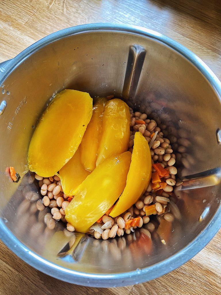 knuspriges Röstbrot mit Kichererbsen-Mango-Forellen Aufstrich