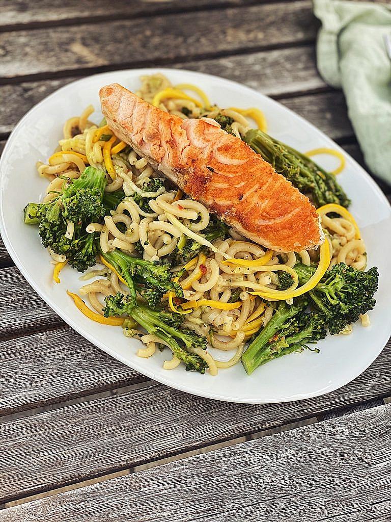 One-Pot-Pasta – Brokkoli-Zoodle-Pasta mit Lachs