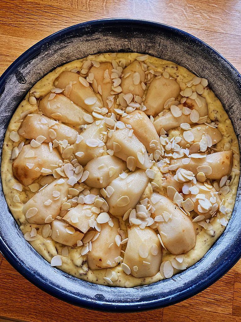 Birnenkuchen mit Schokoladenstückchen und Mandeln