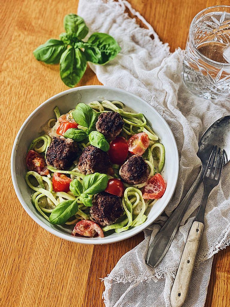 Zucchini Zoodles mit Tomaten und Hackbällchen