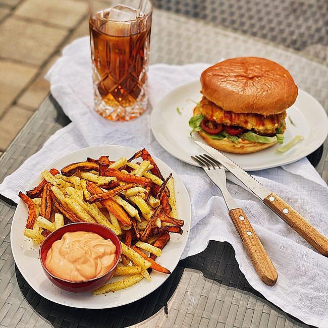 Spicy Chicken Burger mit Kartoffel-Karotten Pommes & Sriracha Mayo