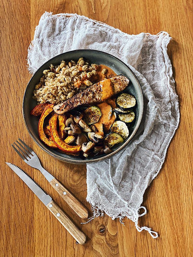 Lachs Bowl mit Kürbis, Zucchini, Pilzen, Bulgur & scharfer Sriracha-Mandel-Soße