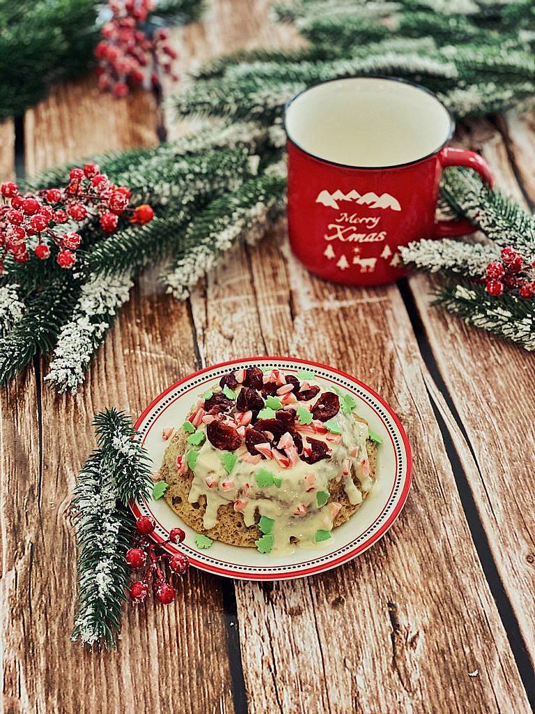 weihnachtlicher Tassenkuchen mit Cranberries und weißer Schokolade