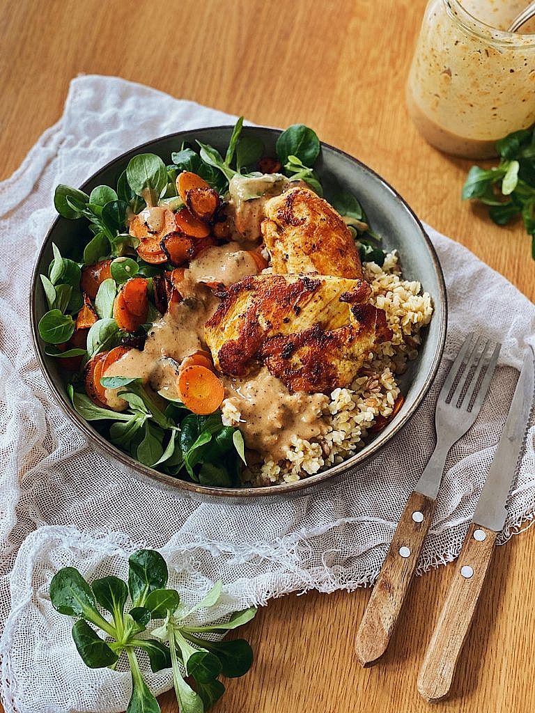 Hähnchen Bowl Bulgur Feldsalat Karotten Mandelsoße