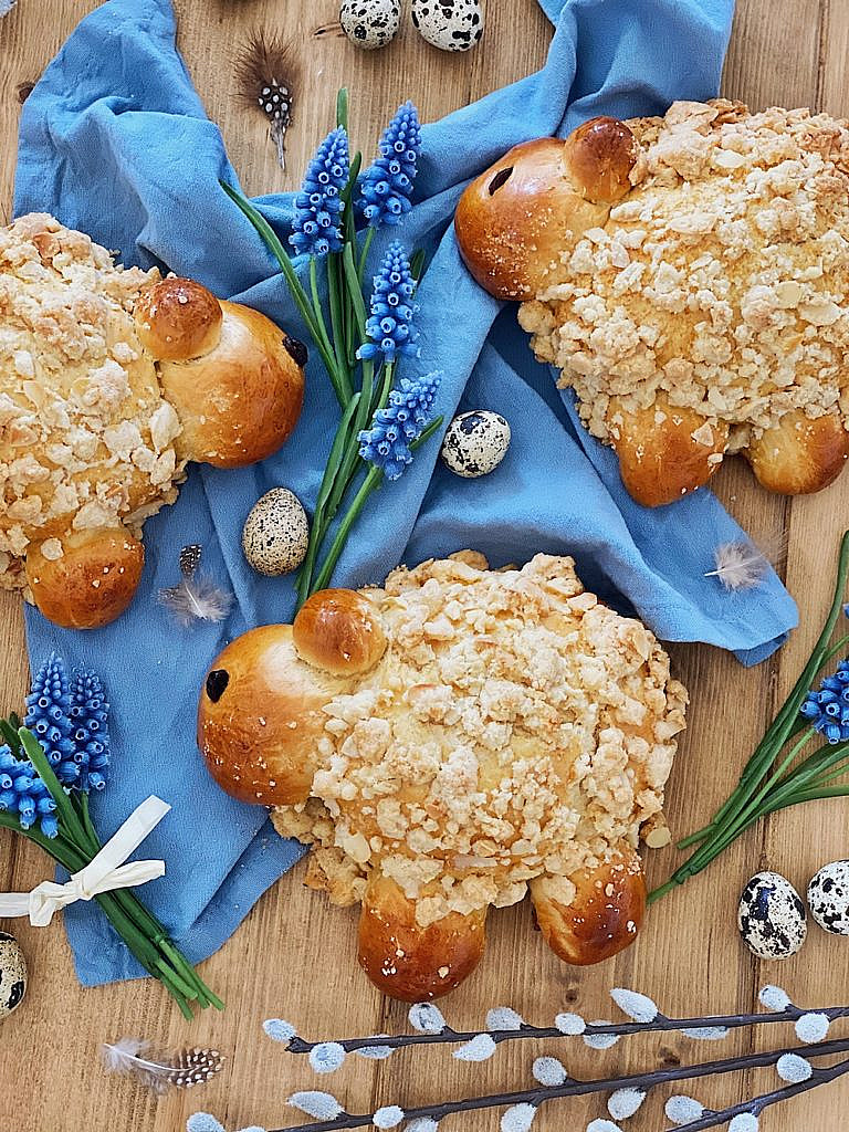 Streusel Schäfchen - Osterlämmchen aus Hefeteig mit Mandel-Vanille-Streusel