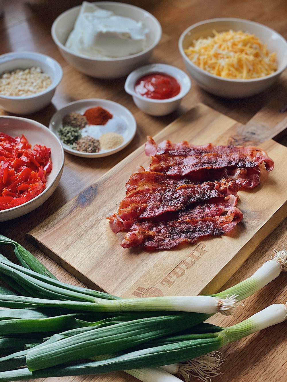 Cheese Ball mit Bacon Cheddar und Frühlingszwiebel