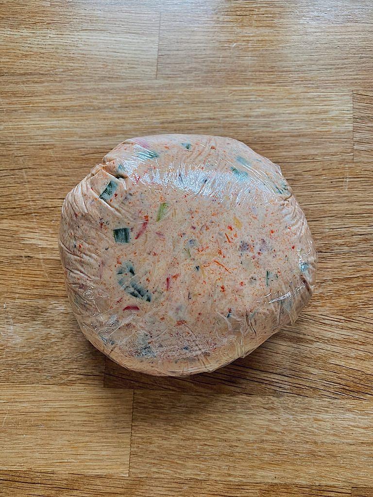 Cheese Ball mit Bacon, Cheddar und Frühlingszwiebeln