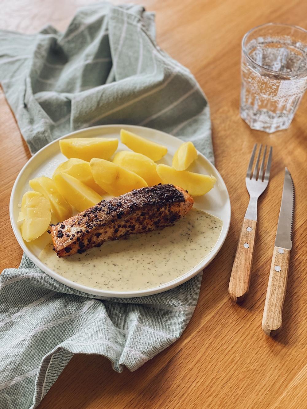 Lachsfilet mit Dillsoße und Salzkartoffeln