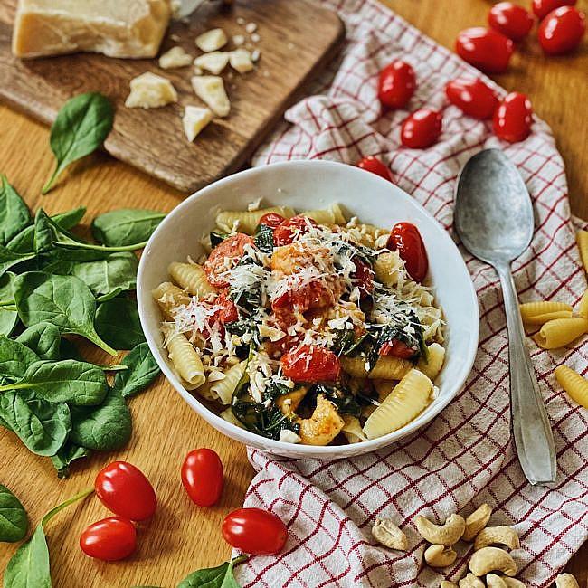 cremige Parmesan Pasta mit Garnelen, Spinat und Tomaten